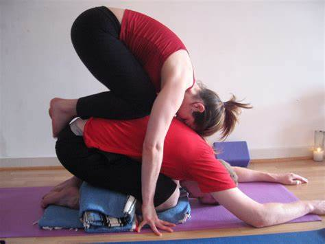 Know The benefits of doing couple yoga